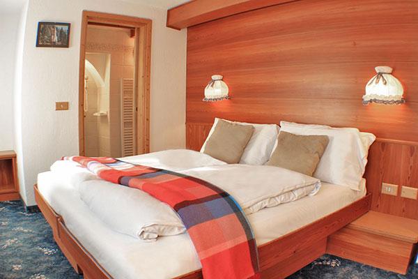 1_Hotel-Gran-Baita-Gressoney-Hotel-Camere-Standard-Letto-Bed