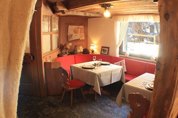 1_Hotel-Gran-Baita--Ristorante-Gressoney-Restaurant-Saletta-Tipica-tavolo-vista