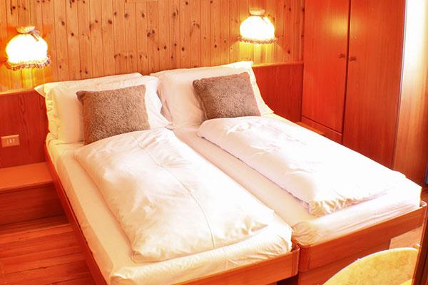 2_Hotel-Gran-Baita-Gressoney-Hotel-Camere-Balcone-Letti-specchio