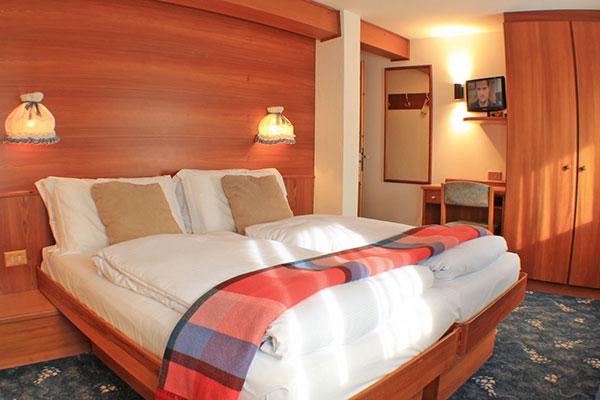 2_Hotel-Gran-Baita-Gressoney-Hotel-Camere-Standard-Letto-Bed-TV-Desk