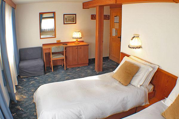 2_Hotel-Gran-Baita-Gressoney-Hotel-Camere-Superior-letto-bedroom-desk