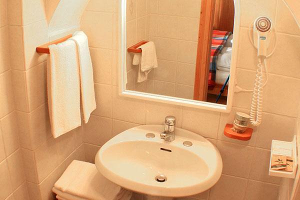 3_Hotel-Gran-Baita-Gressoney-Hotel-Camere-Standard-bathroom-toilette