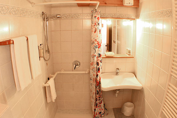 3_Hotel-Gran-Baita-Gressoney-Hotel-Camere-Superior-bathroom-toilette-doccia-shower