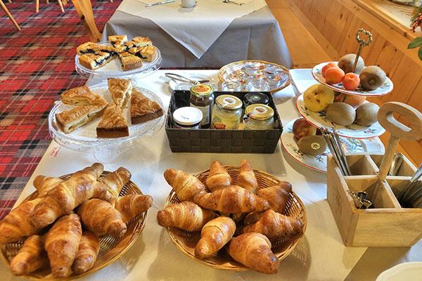 3_Hotel-Gran-Baita-Ristorante-Gressoney-Breakfast-Room-Colazione-Buffet-Croissants