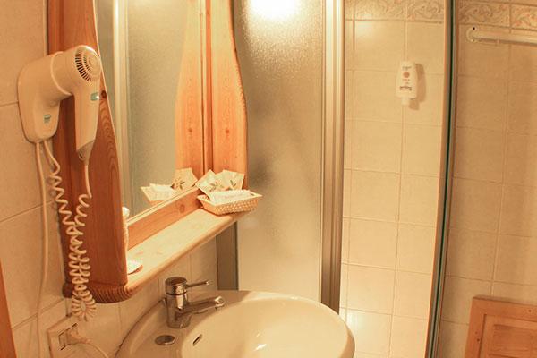 4_Hotel-Gran-Baita-Gressoney-Hotel-Camere-Family-wc-lavabo