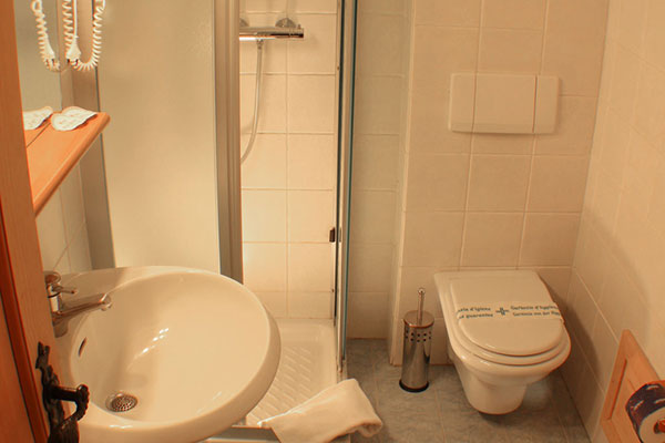 5_Hotel-Gran-Baita-Gressoney-Hotel-Camere-Balcone-wc