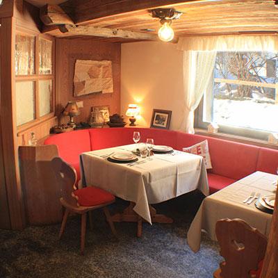 Hotel-Gran-Baita–Ristorante-Gressoney-Restaurant-Saletta-Tipica-tavolo-vista_RISTORANTE_HB